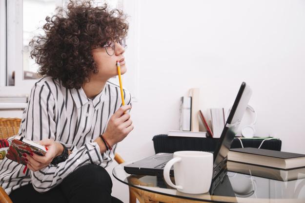 gabinete-de-prensa-trabajando-ordenador