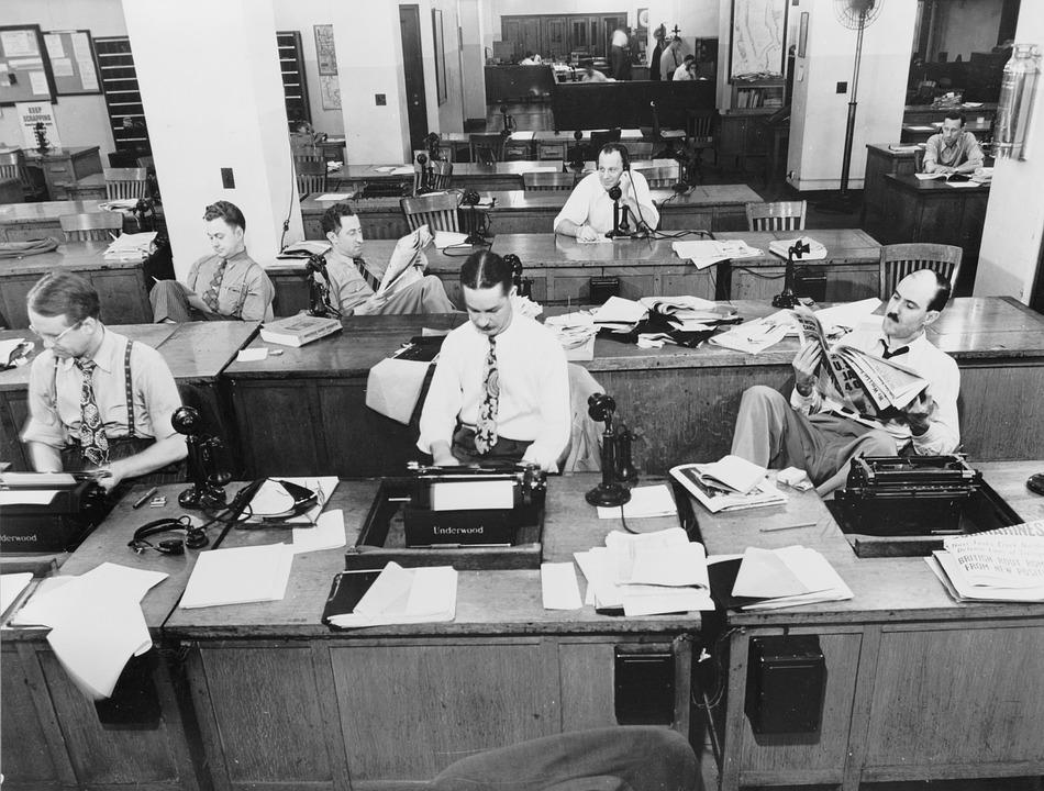Periodistas trabajando en la redacción del New York Times en siglo XX